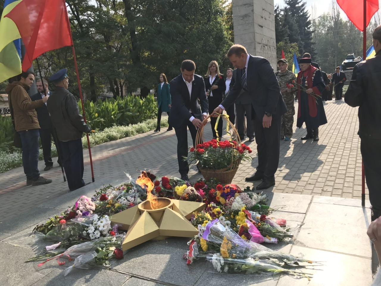 В День освобождения Мелитополя на Братском кладбище возложили цветы , фото-5