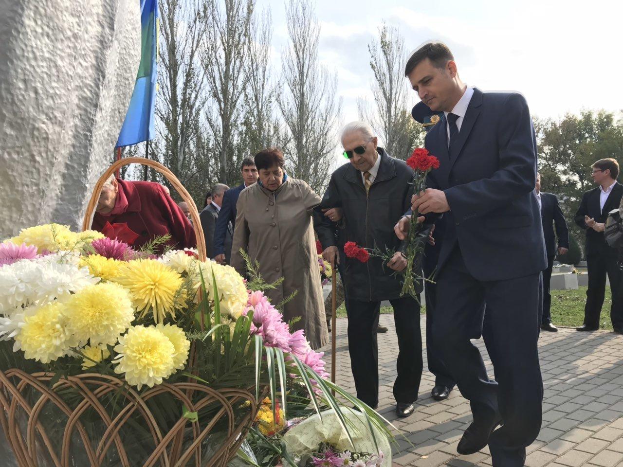 В День освобождения Мелитополя на Братском кладбище возложили цветы , фото-6