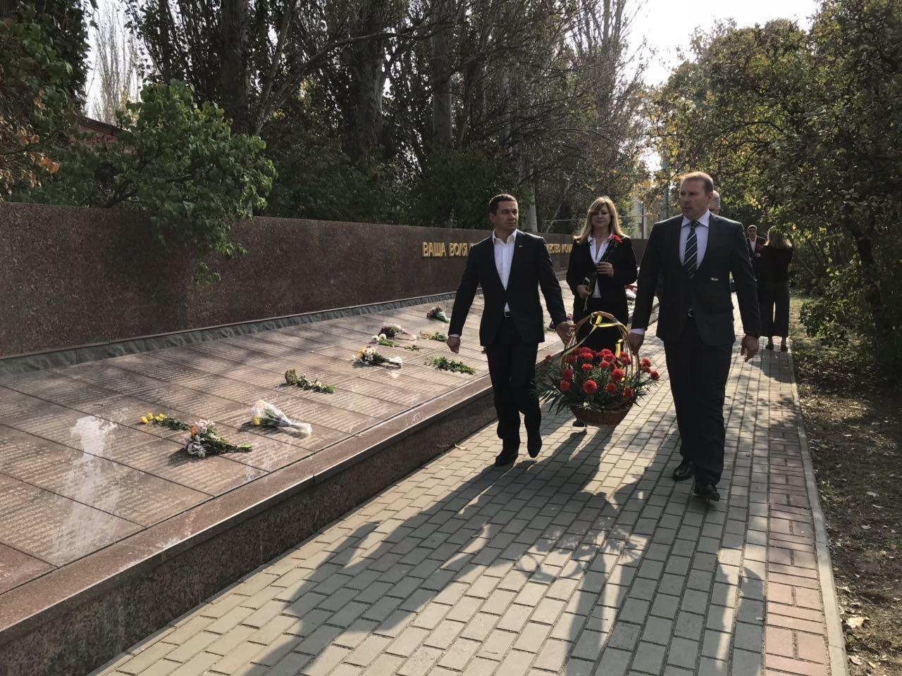 В День освобождения Мелитополя на Братском кладбище возложили цветы , фото-9