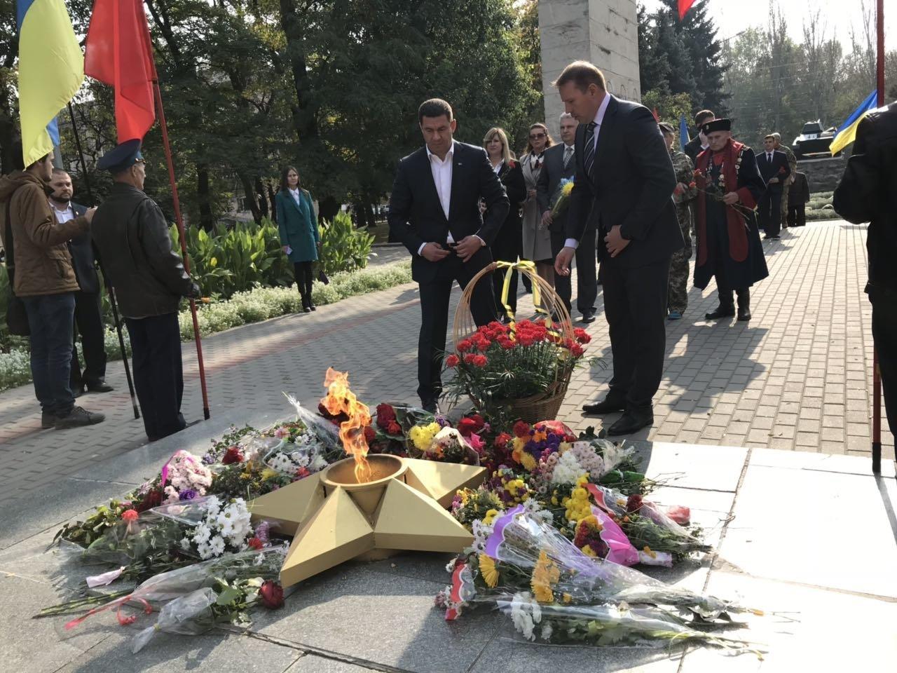 В День освобождения Мелитополя на Братском кладбище возложили цветы , фото-7