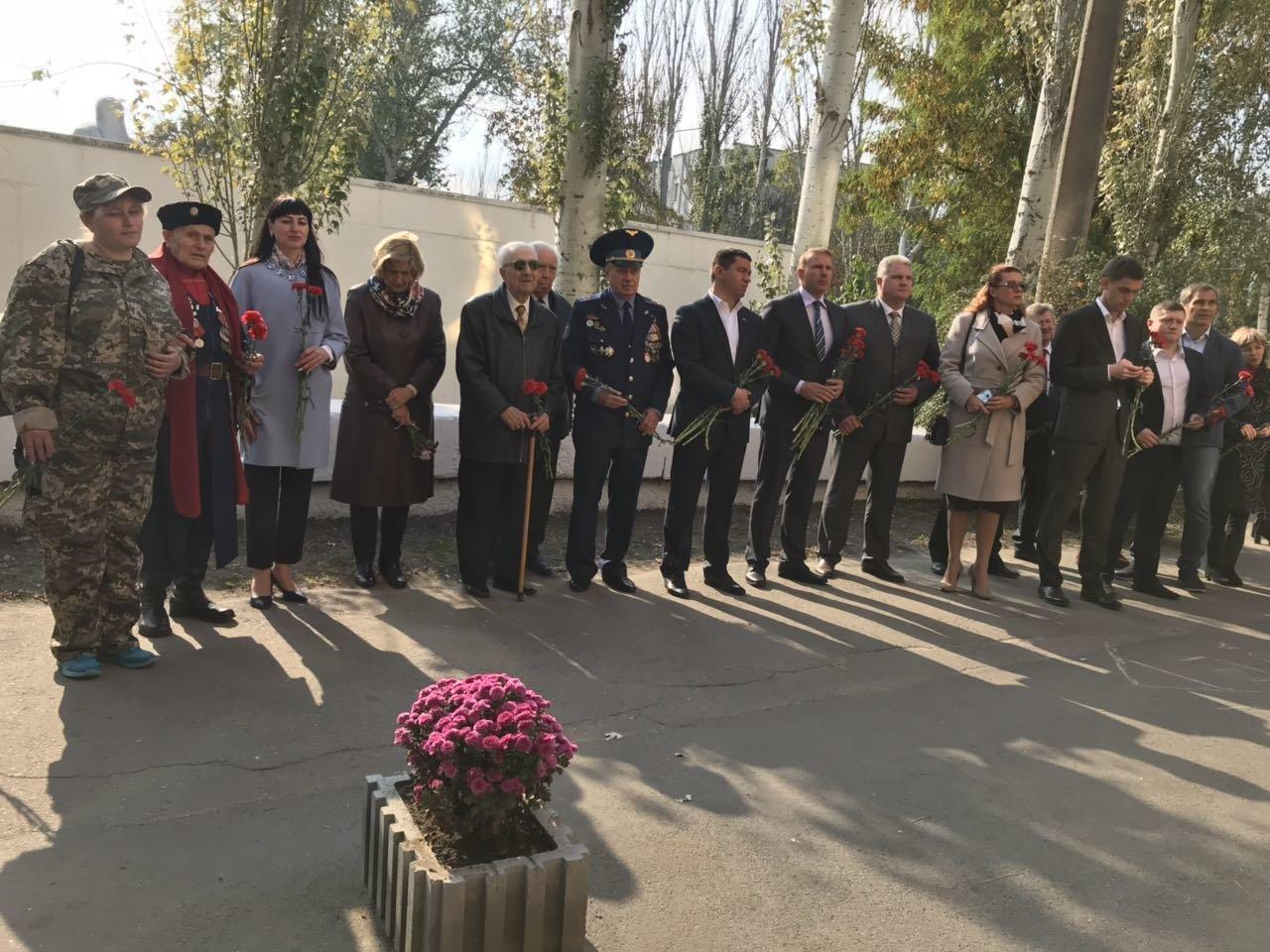 В День освобождения Мелитополя на Братском кладбище возложили цветы , фото-3