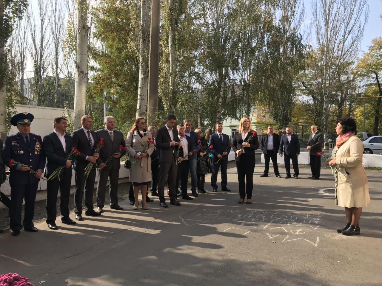 В День освобождения Мелитополя на Братском кладбище возложили цветы , фото-10