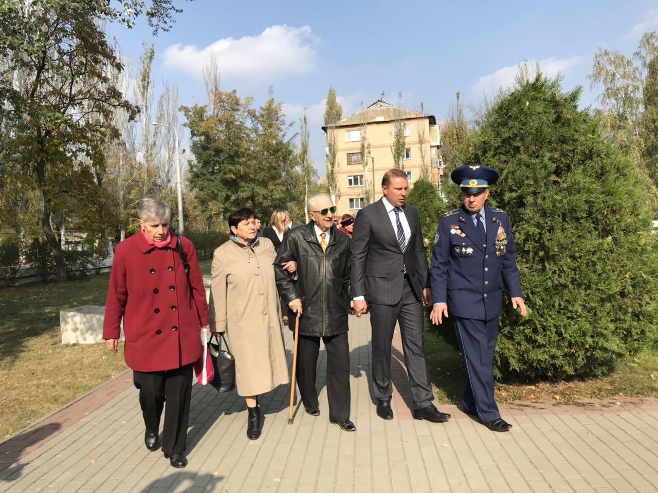 В День освобождения Мелитополя на Братском кладбище возложили цветы , фото-11