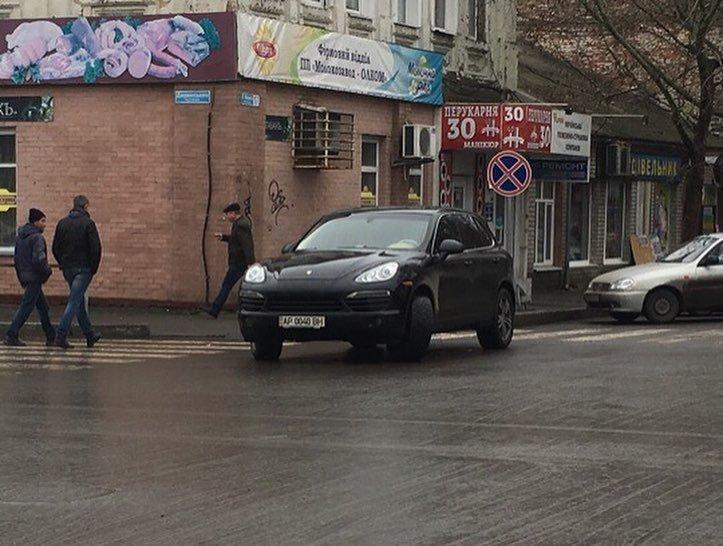 Водитель внедорожника припарковался прямо на перекрестке, фото-1, Фото из соцсети