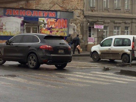 Водитель внедорожника припарковался прямо на перекрестке, фото-2, Фото из соцсети