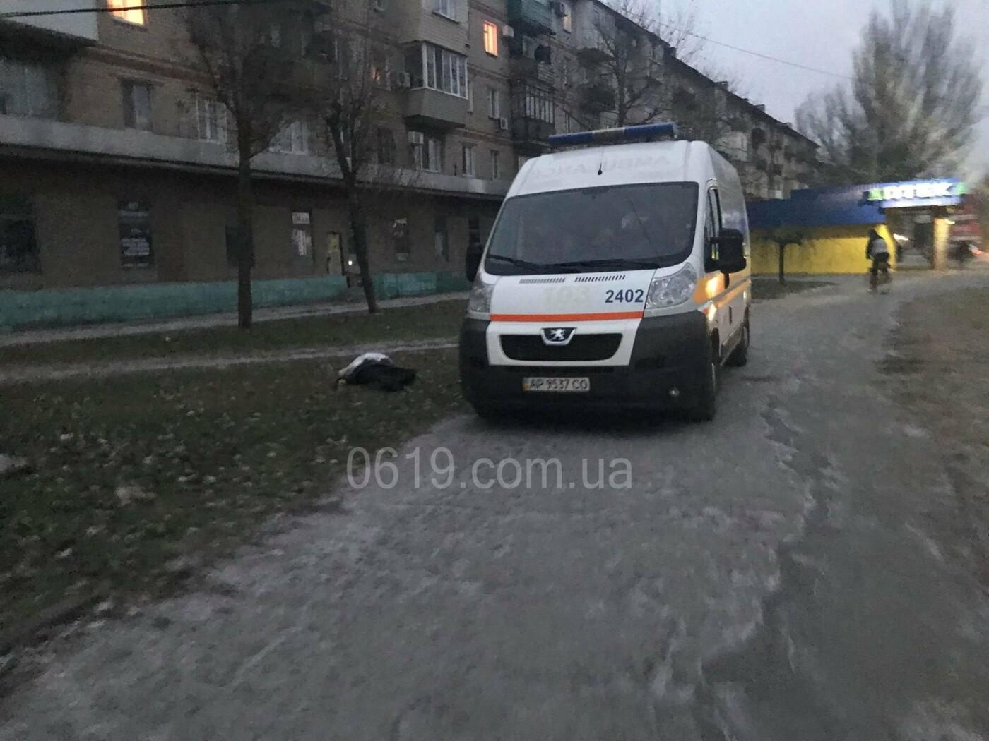 В Мелитополе тело мертвого мужчины не забирают с улицы из-за отсутствия полиции, - ФОТО, фото-1