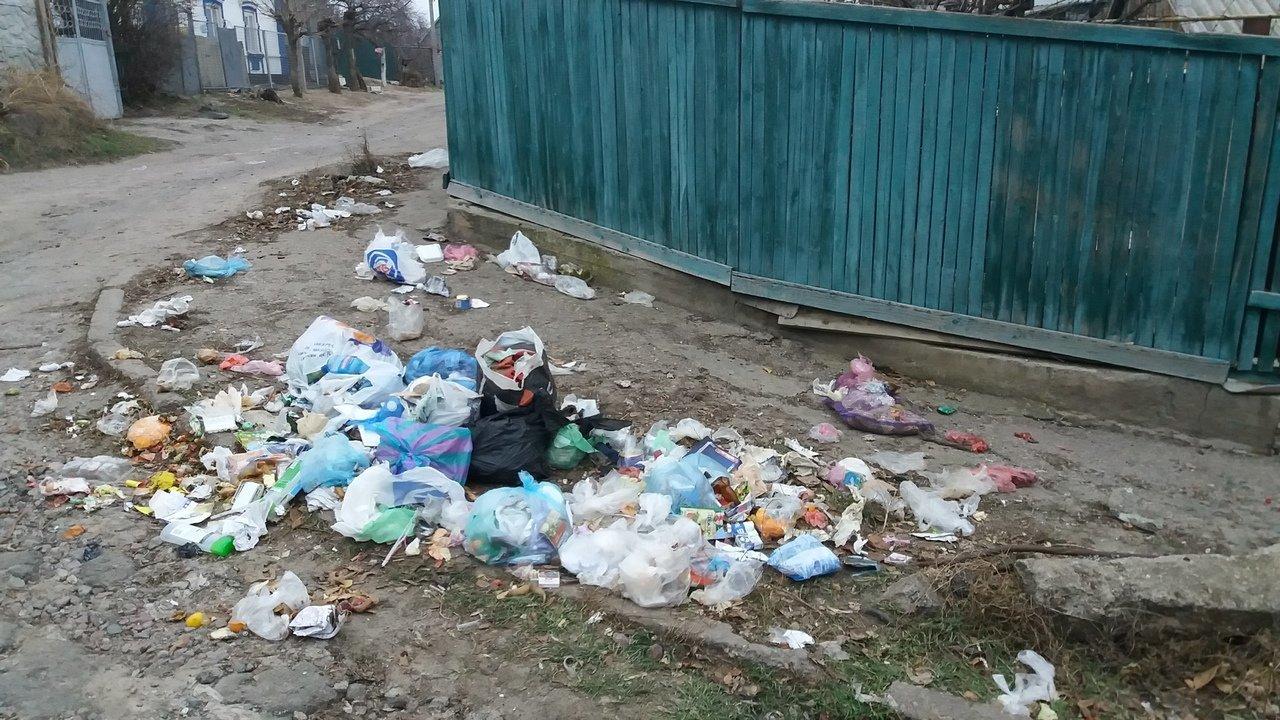 В Мелитополе на улице горожане устроили свалку, фото-1, Фото из соцсетей