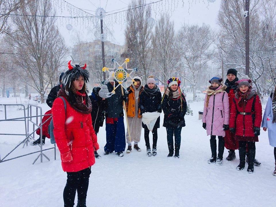 В разных районах Мелитополя молодежь устроила рождественские представления , фото-3