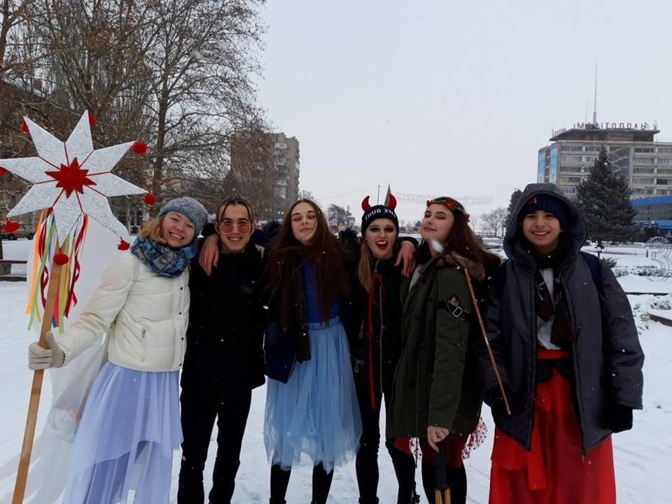 В разных районах Мелитополя молодежь устроила рождественские представления , фото-2