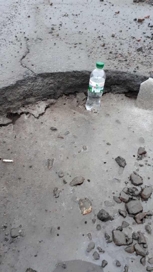 В Мелитополе водитель попал в яму и пробил колеса, фото-2, Фото из соцсети