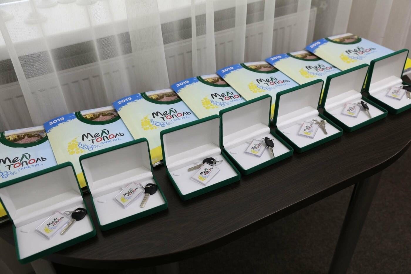 В Мелитополе дети-сироты получили квартиры в новостройке , фото-2