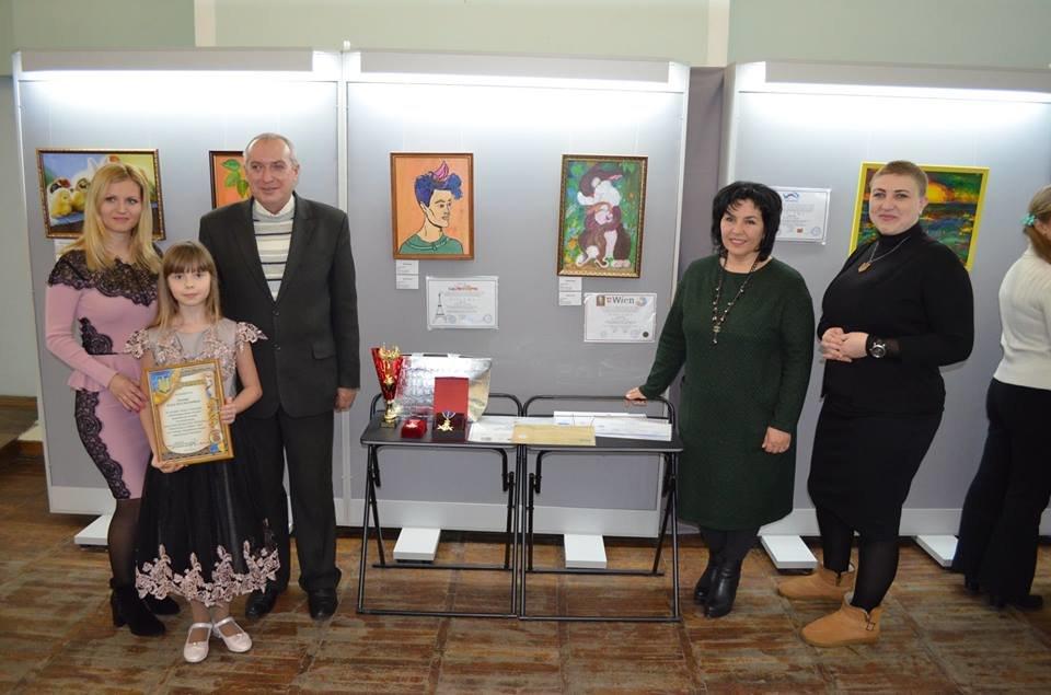 Юную мелитопольскую художницу наградили в Париже орденом и почетной грамотой, фото-2