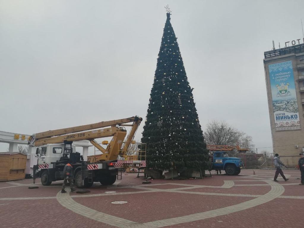В Мелитополе разбирают главную елку города, фото-2