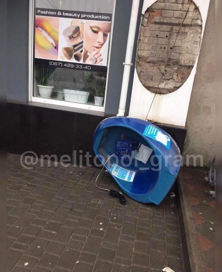 В Мелитополе вандалы разбили таксофон , фото-1
