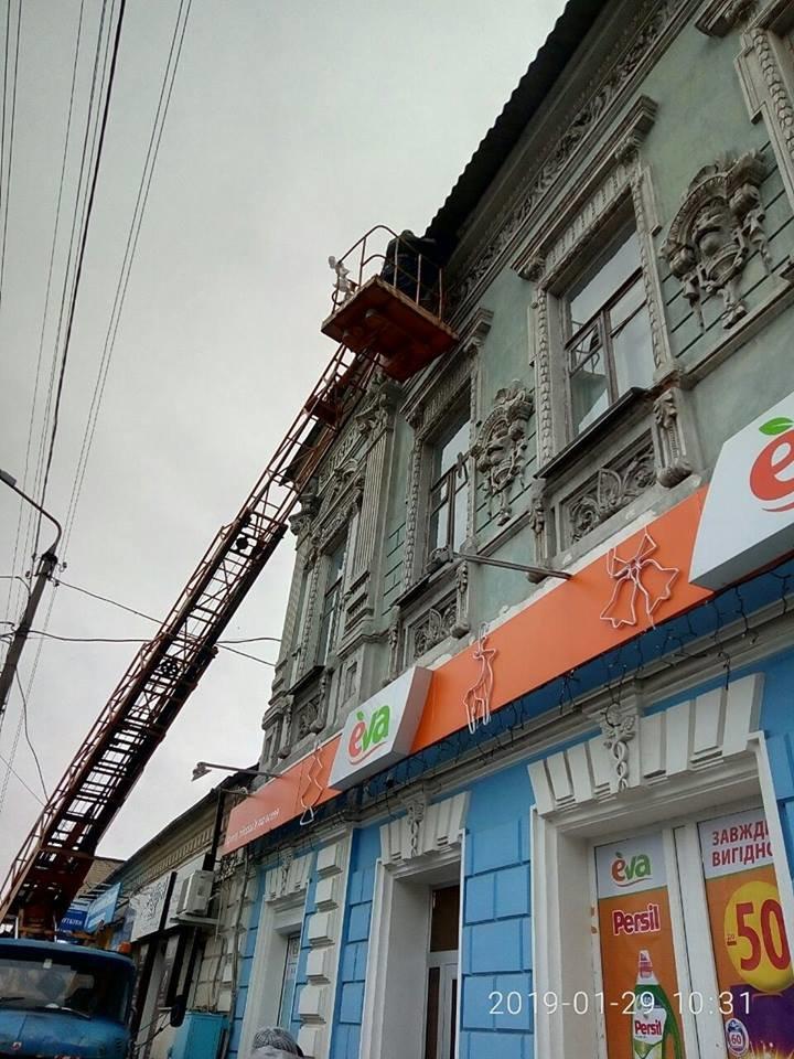 В Мелитополе со старинного здания убрали опасные парапеты, фото-1