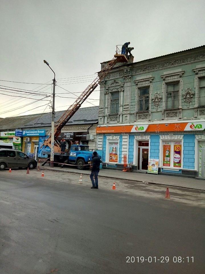 В Мелитополе со старинного здания убрали опасные парапеты, фото-2