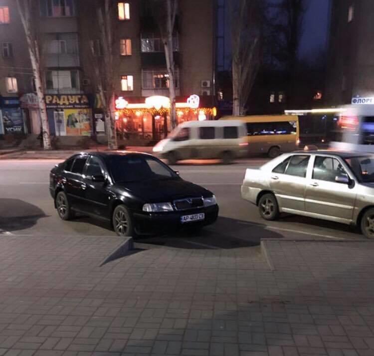 В Мелитополе автохам перекрыл двжижение пешеходам , фото-1