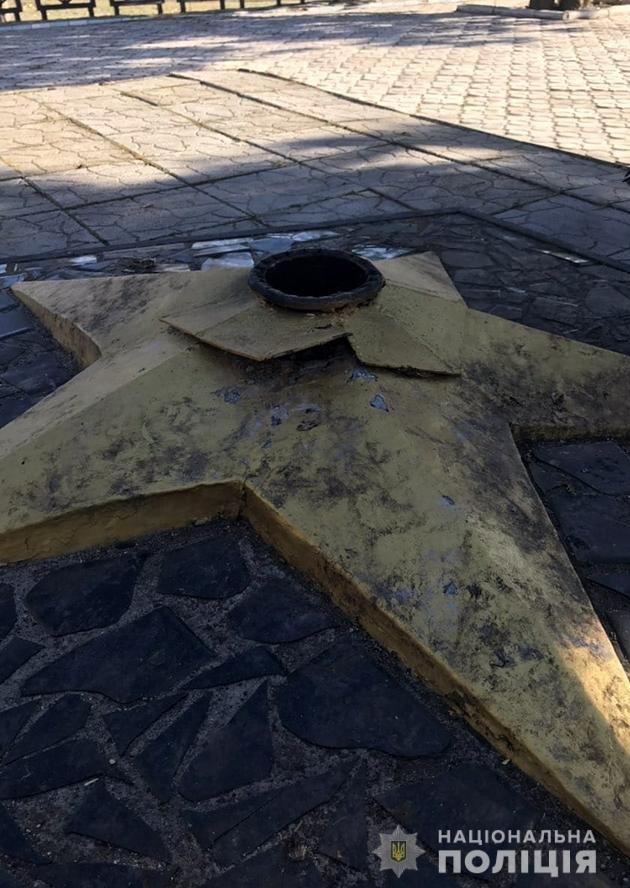 В Семеновке вандалы повредили мемориальный комплекс, фото-1