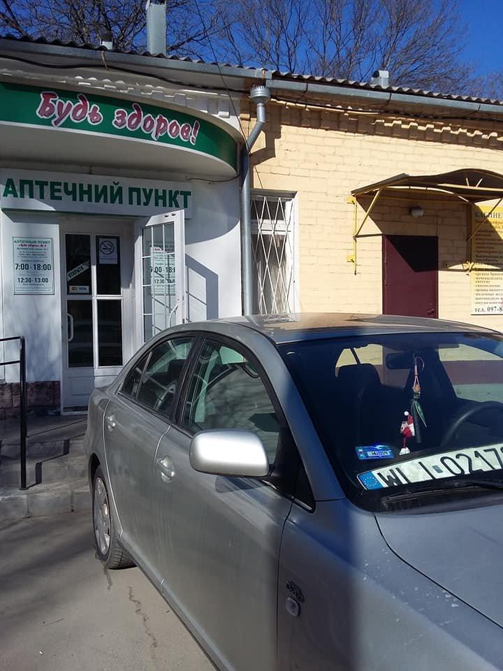 В Мелитополе автохам припарковался прямо перед входом в аптеку , фото-2, Фото из соцсетей