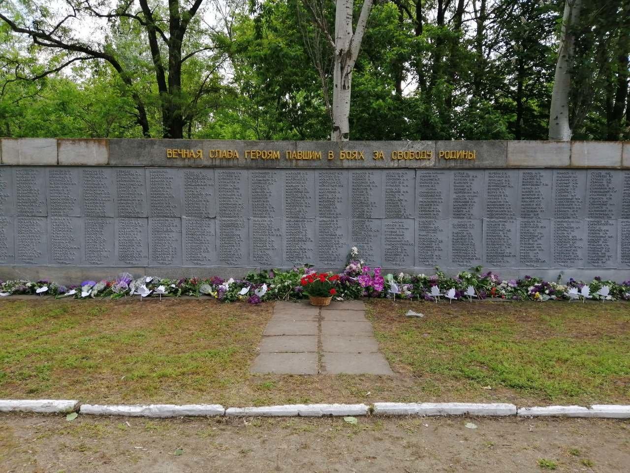 Мелитопольские школьники возложили цветы на Братскую могилу, фото-1
