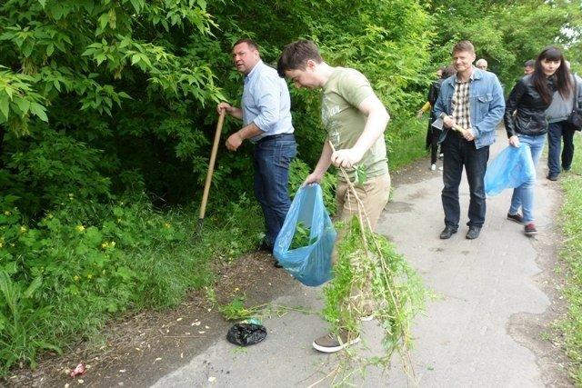 Сотрудники Мелитопольской райгосадминистрации убрали мусор вдоль обочины дороги, фото-1
