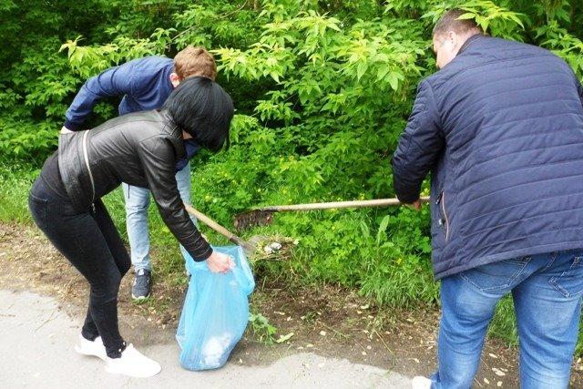 Сотрудники Мелитопольской райгосадминистрации убрали мусор вдоль обочины дороги, фото-4