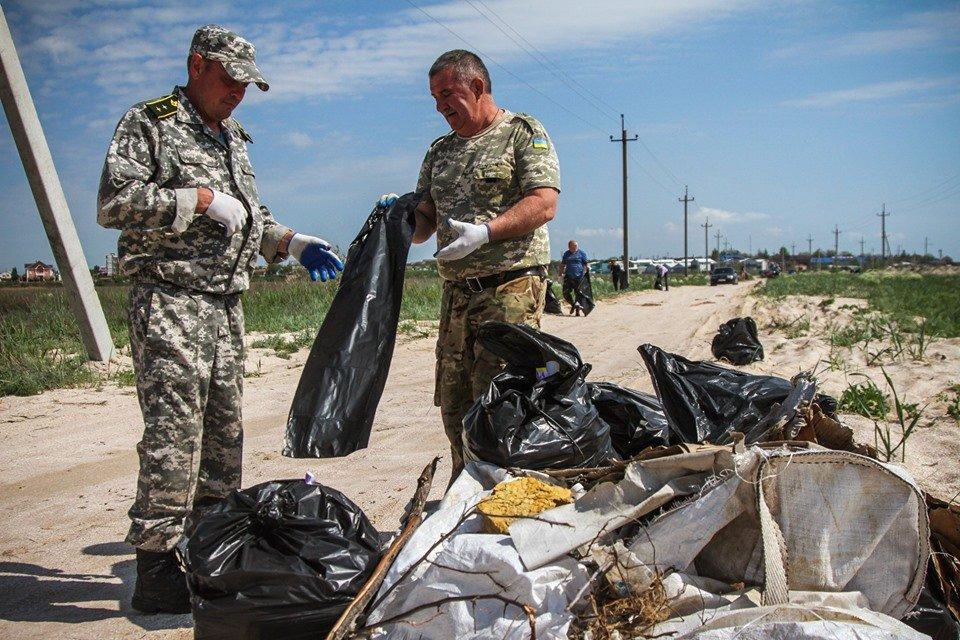 """С побережья Азовского моря убрали тонны мусора , фото-7, Фото со страницы общественной организации """"Эко-корпус"""""""