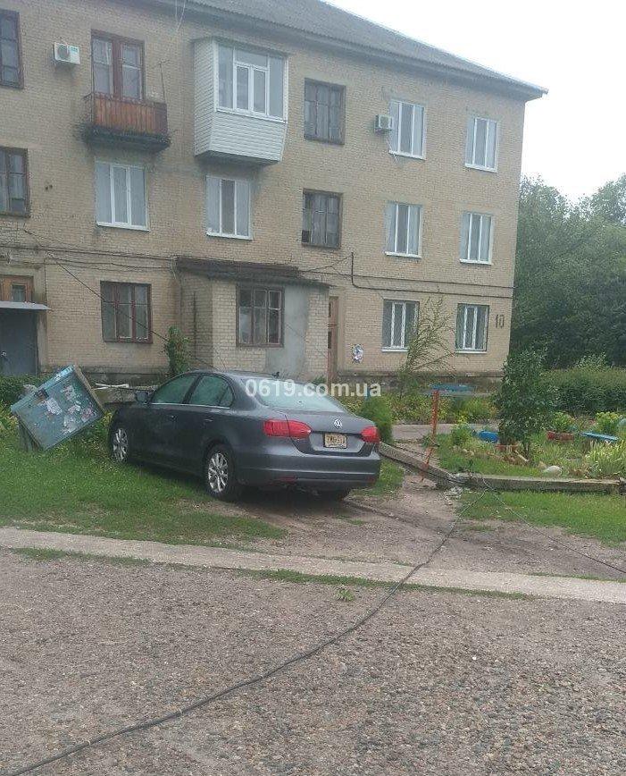В Авиагородке столб упал на автомобиль, - ФОТО, фото-1