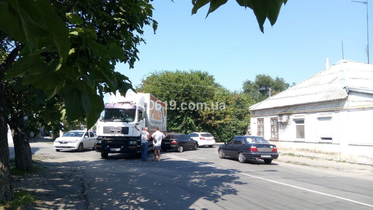 В Мелитополе столкнулись грузовик и легковой автомобиль, - ФОТО, фото-1