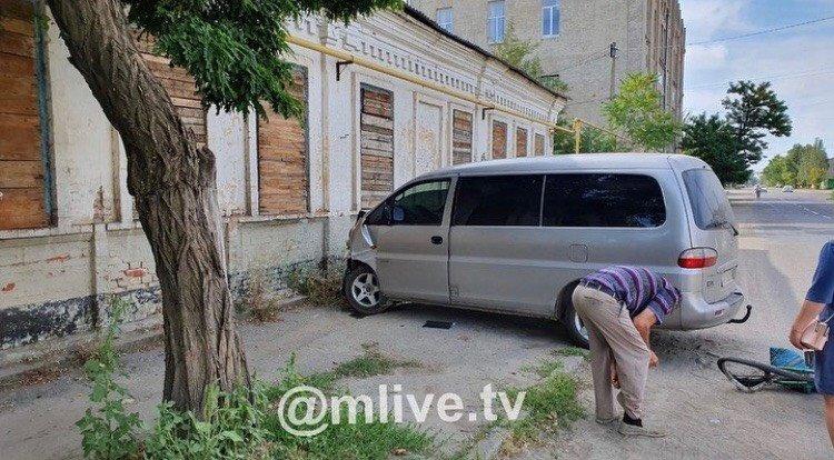В Мелитополе микроавтобус сбил велосипедиста, - ФОТО , фото-1