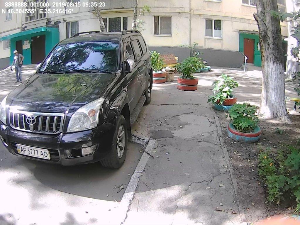 В Мелитополе жители многоэтажки пожаловались на автохама , фото-1