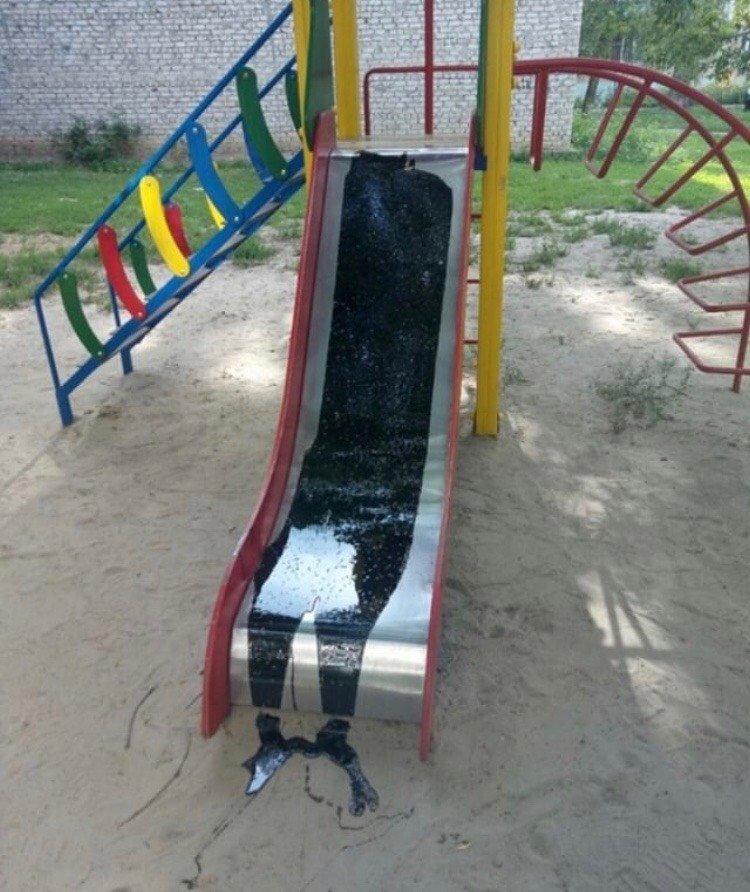 В Мелитополе неизвестный испортил детскую площадку , фото-1