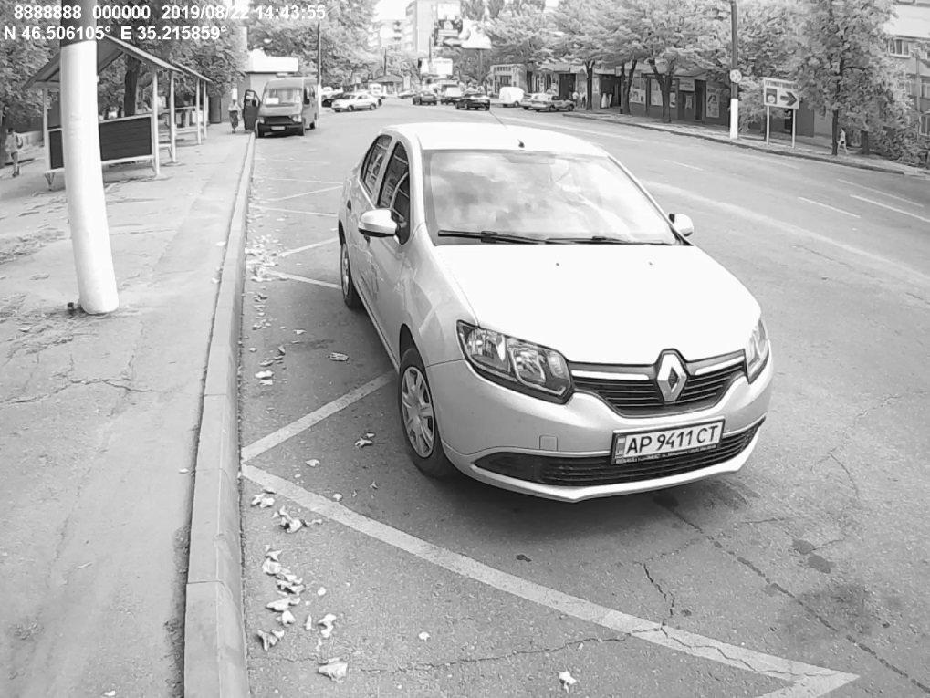 В Мелитополе автохам припарковался на остановке , фото-1