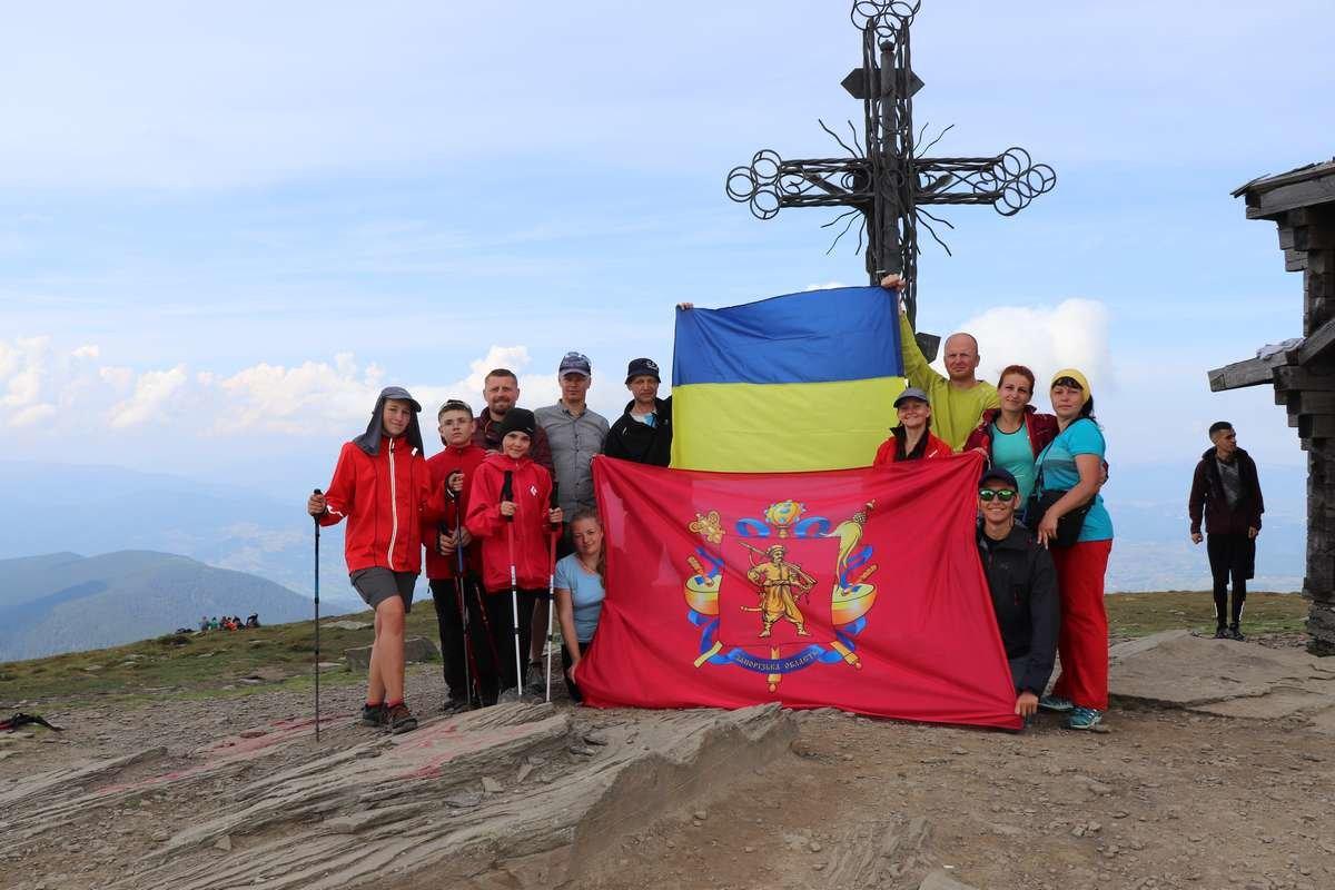 Мелитополец развернул на Говерле флаг Украины , фото-5