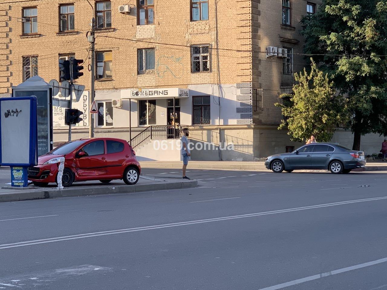 В центре Мелитополя в результате ДТП автомобиль вынесло на тротуар, - ФОТО , фото-1
