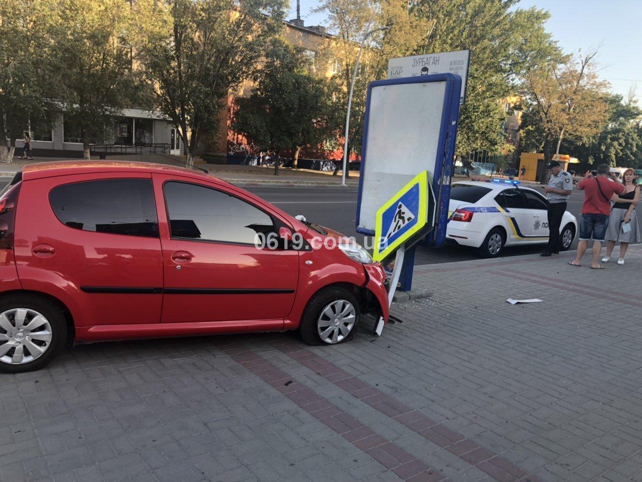 В центре Мелитополя в результате ДТП автомобиль вынесло на тротуар, - ФОТО , фото-3