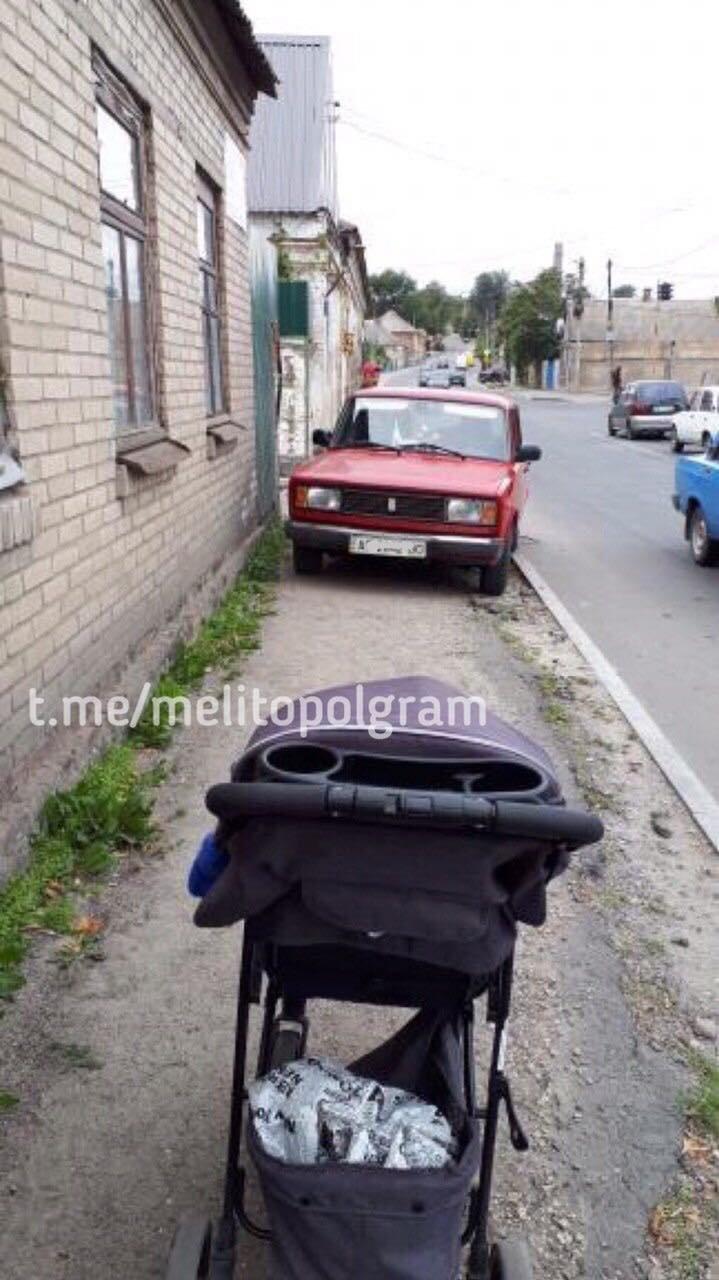 В Мелитополе автохам перегородил путь пешеходам, припарковавшись на тротуаре, фото-1