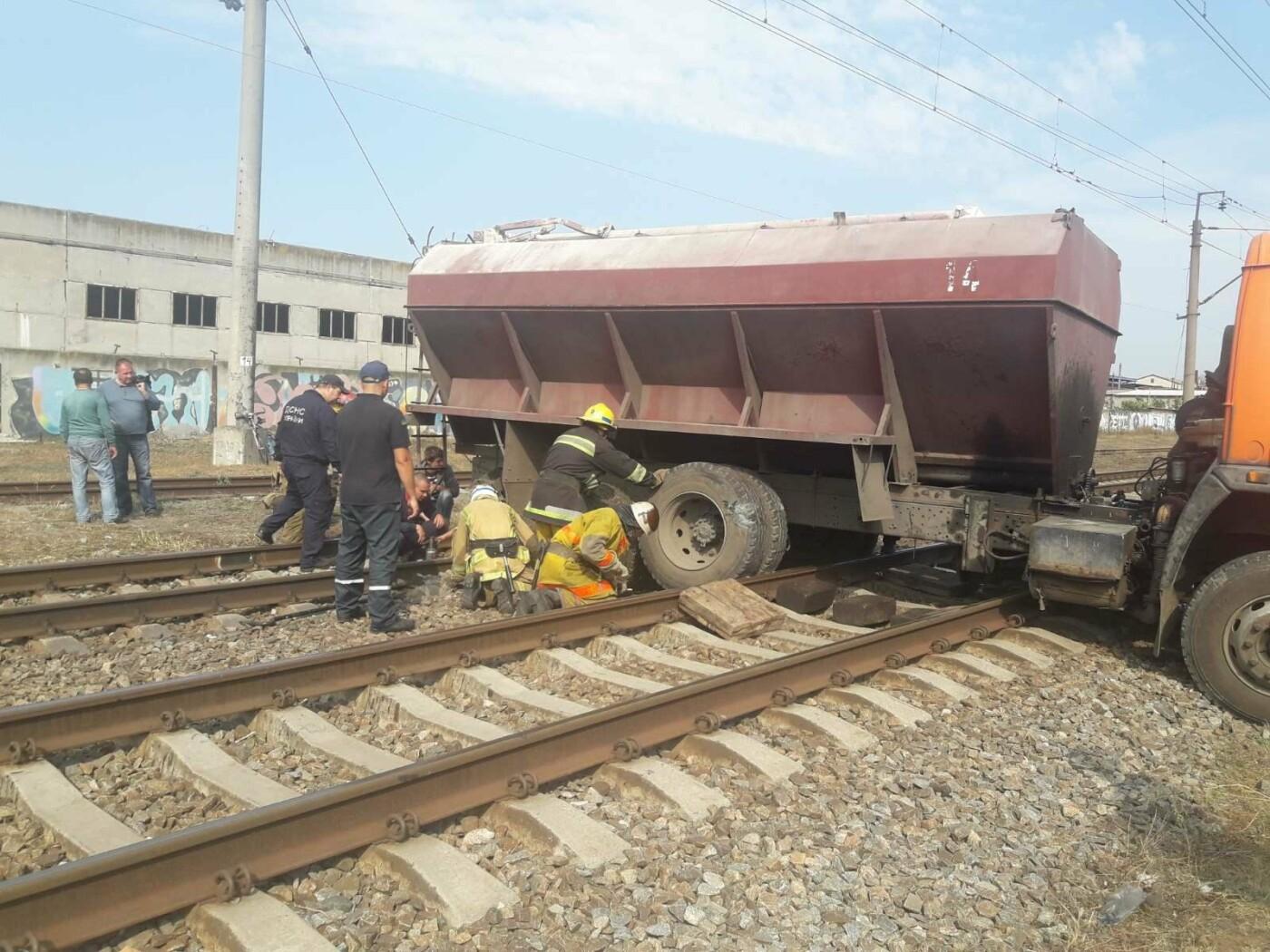 В Мелитополе на железнодорожных путях застрял грузовик, - ФОТО, фото-2
