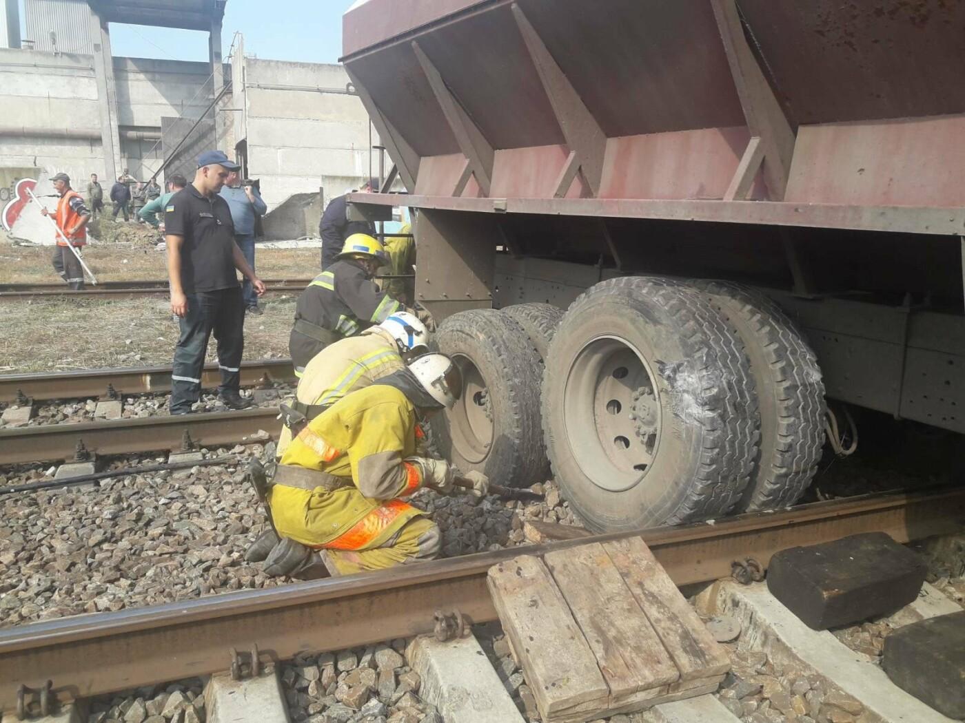 В Мелитополе на железнодорожных путях застрял грузовик, - ФОТО, фото-3