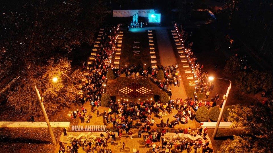День освобождения Мелитополя завершился традиционным факельным шествием, фото-4, Фото Дмитрия Антифеева