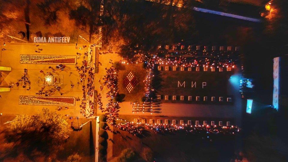 День освобождения Мелитополя завершился традиционным факельным шествием, фото-6, Фото Дмитрия Антифеева