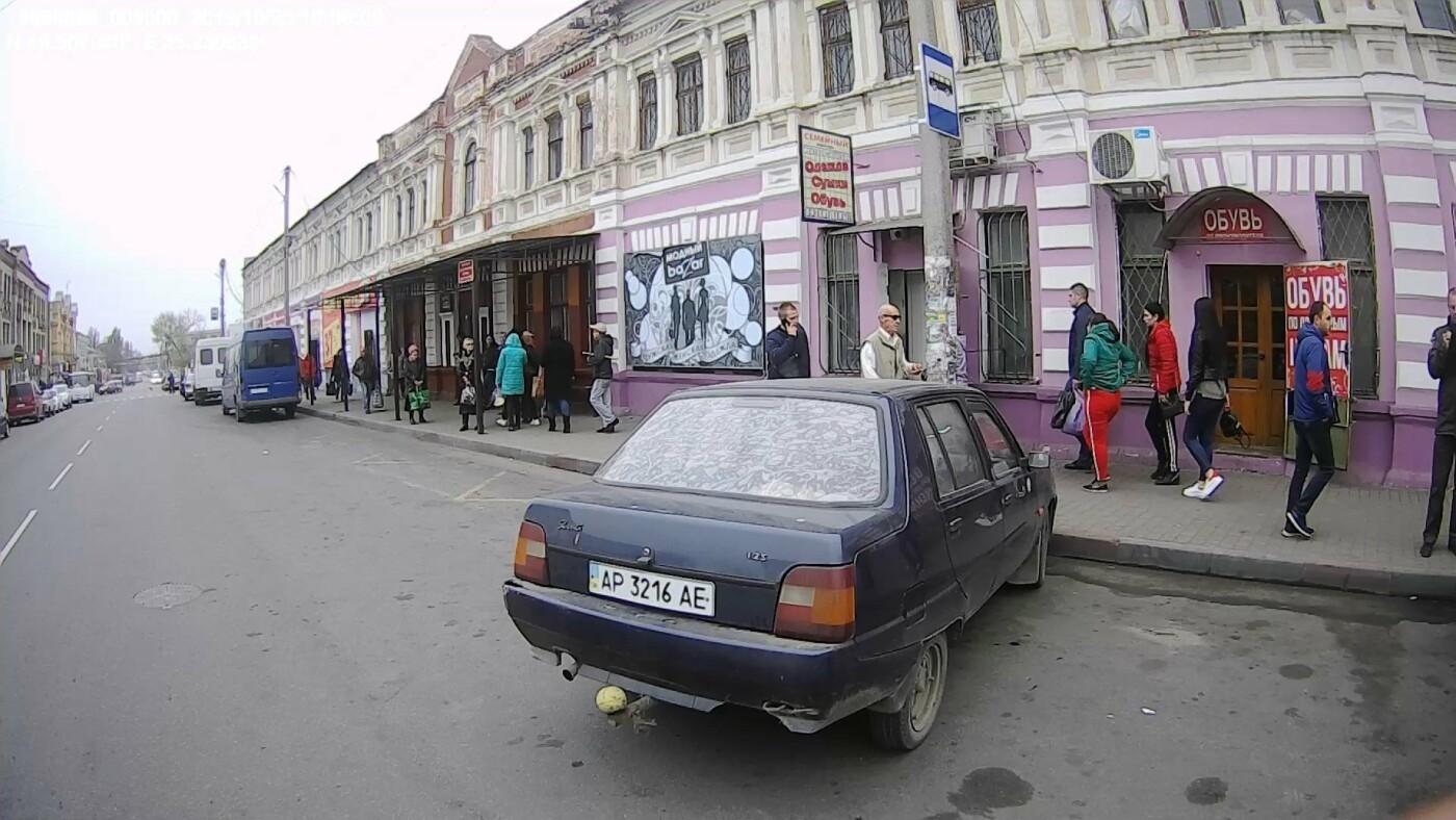 В Мелитополе автохамы мешают высадке пассажиров на остановке, фото-3