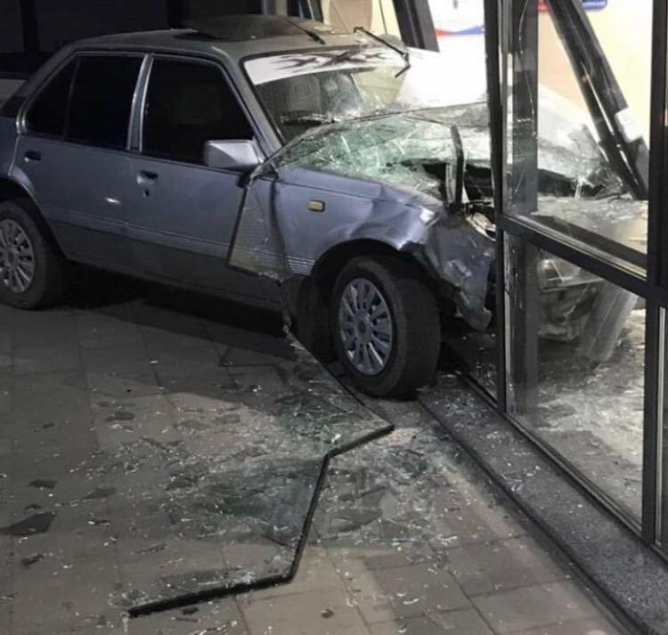 В Мелитополе автомобиль въехал в супермаркет , фото-1