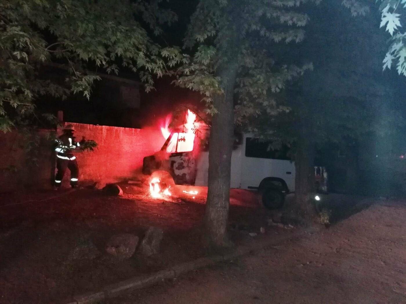 В Мелитополе сгорел микроавтобус, фото-1