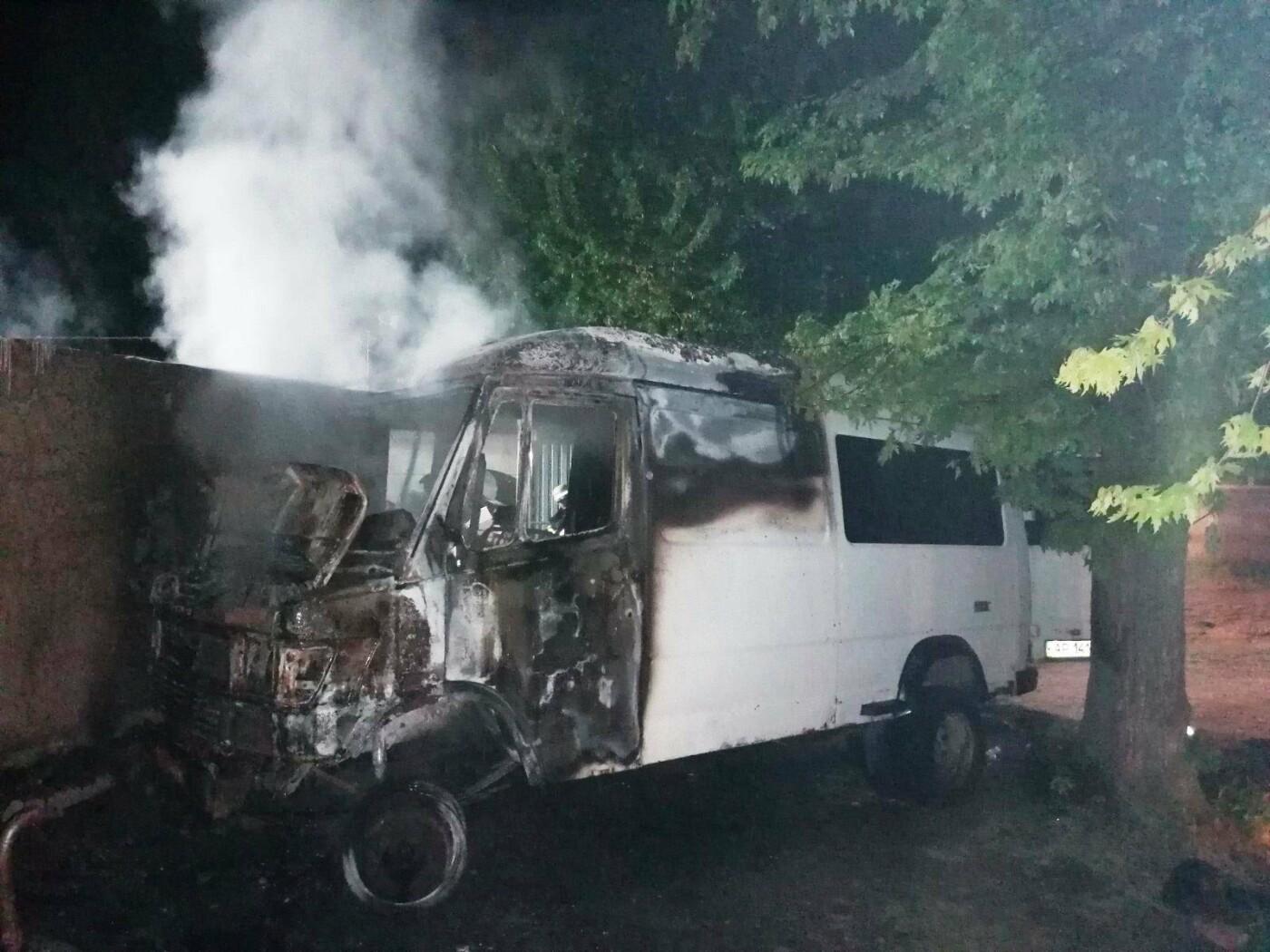 В Мелитополе сгорел микроавтобус, фото-2