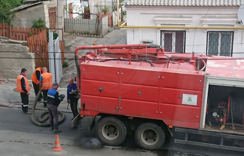 В Мелитополе во дворе частного дома провалился асфальт, фото-2