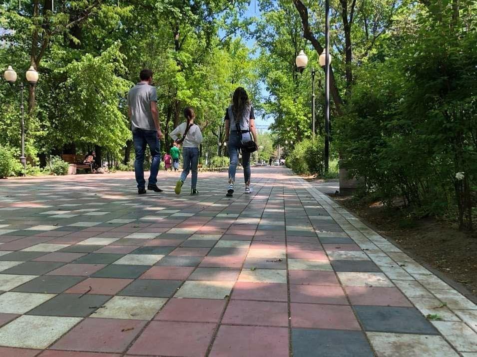 Мелитопольцы вышли на прогулку в городской парк, фото-4