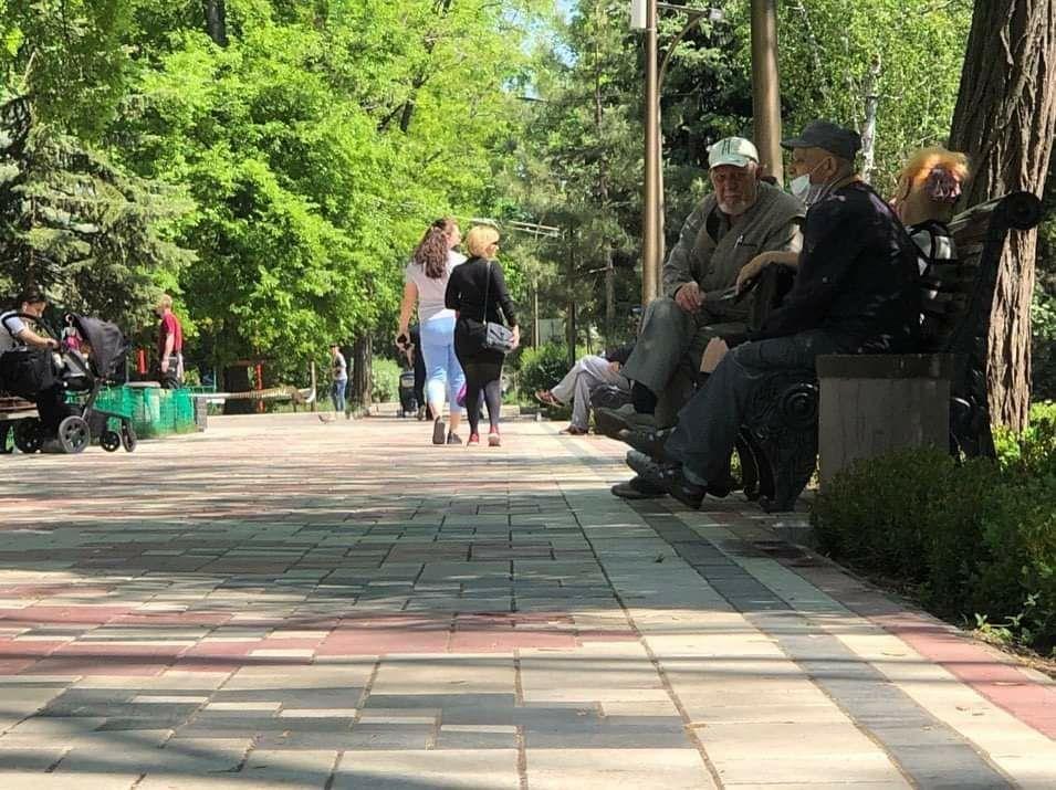 Мелитопольцы вышли на прогулку в городской парк, фото-1