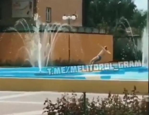 Мелитопольцы превратили главный фонтан города в бассейн, фото-1