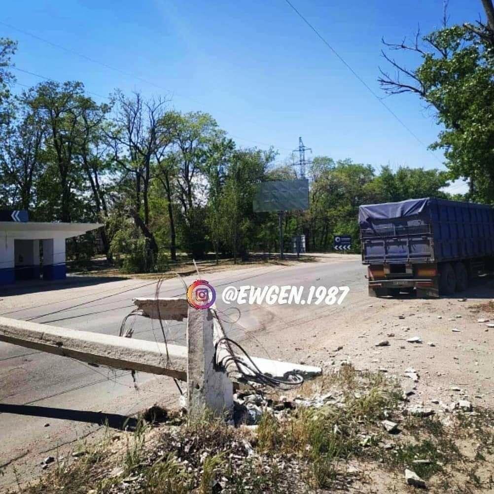 В Мелитополе грузовик сбил электроопору и врезался в дерево, фото-1